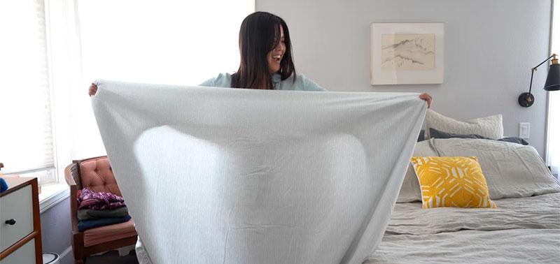 Mujer mirando la sábana bajera