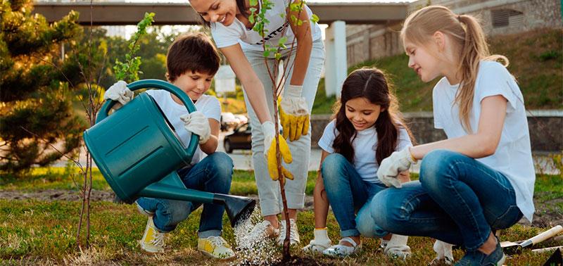 Familia plantando un árbol