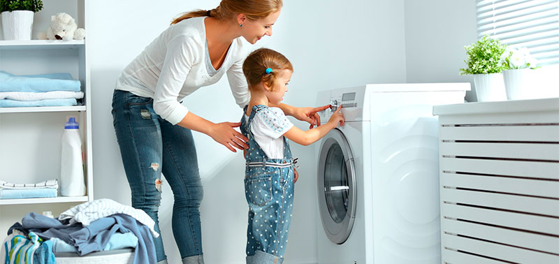 Mamá en medio del lavado de ropa